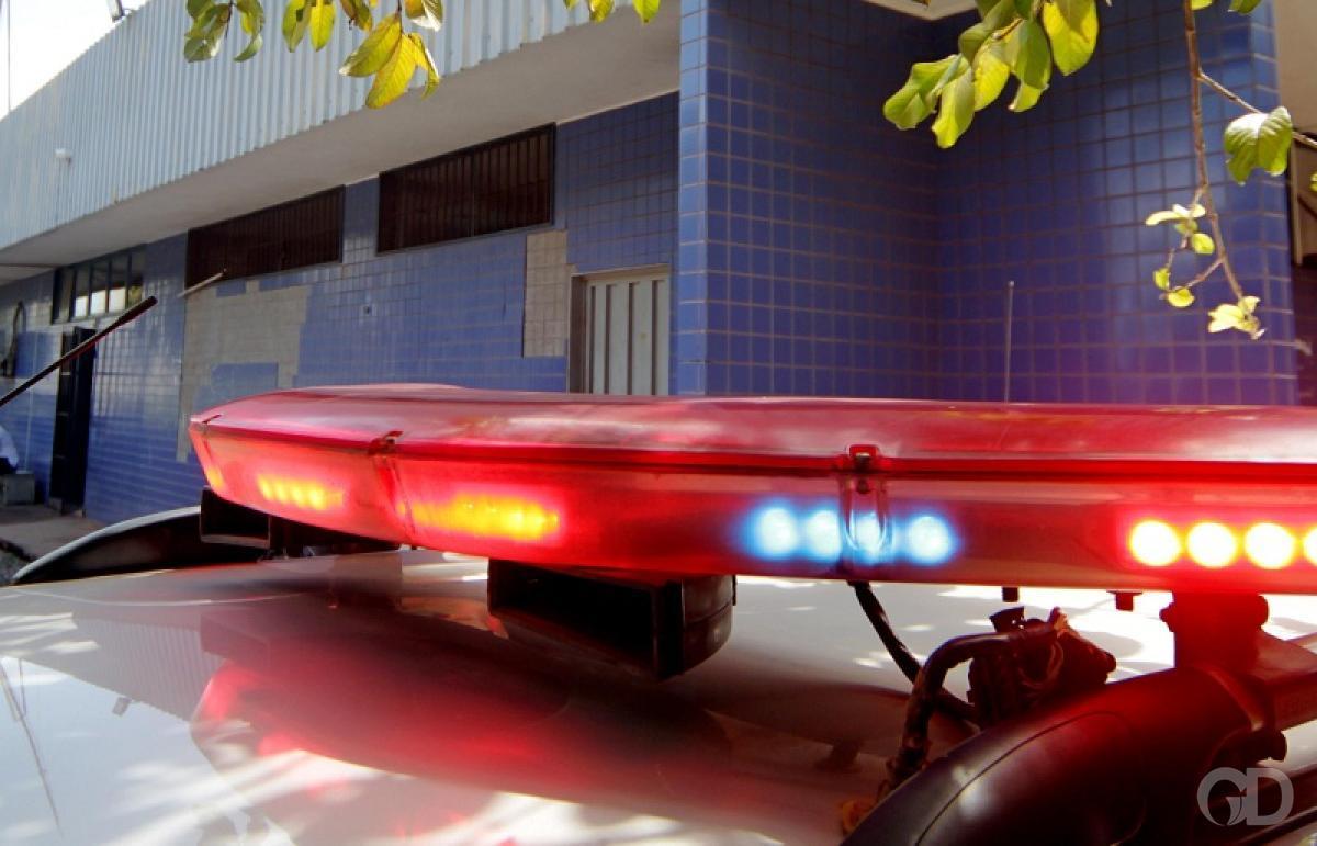 fa04ede196b Criminosos trocam tiros com policiais e são presos após assalto ...