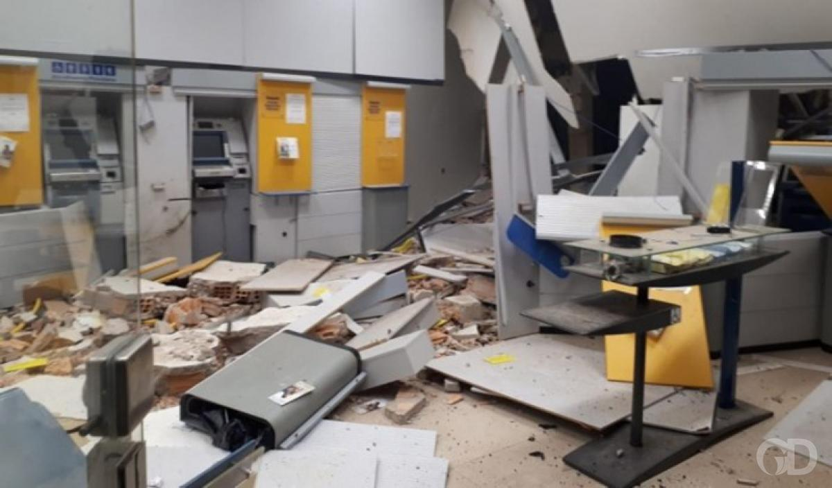 42e0aede461 Bandidos usam explosivos para roubar agência do Banco do Brasil em ...