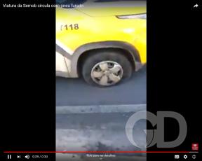 Carro da Semob anda com pneu furado