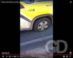 Agente da Semob não para carro com pneu furado