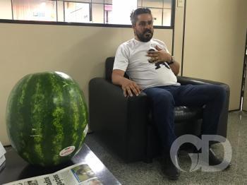 Natan de Queiroz fez o protesto com a melancia