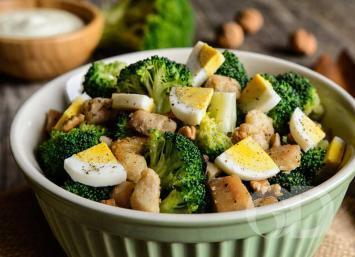 Salada de brócolis cozido