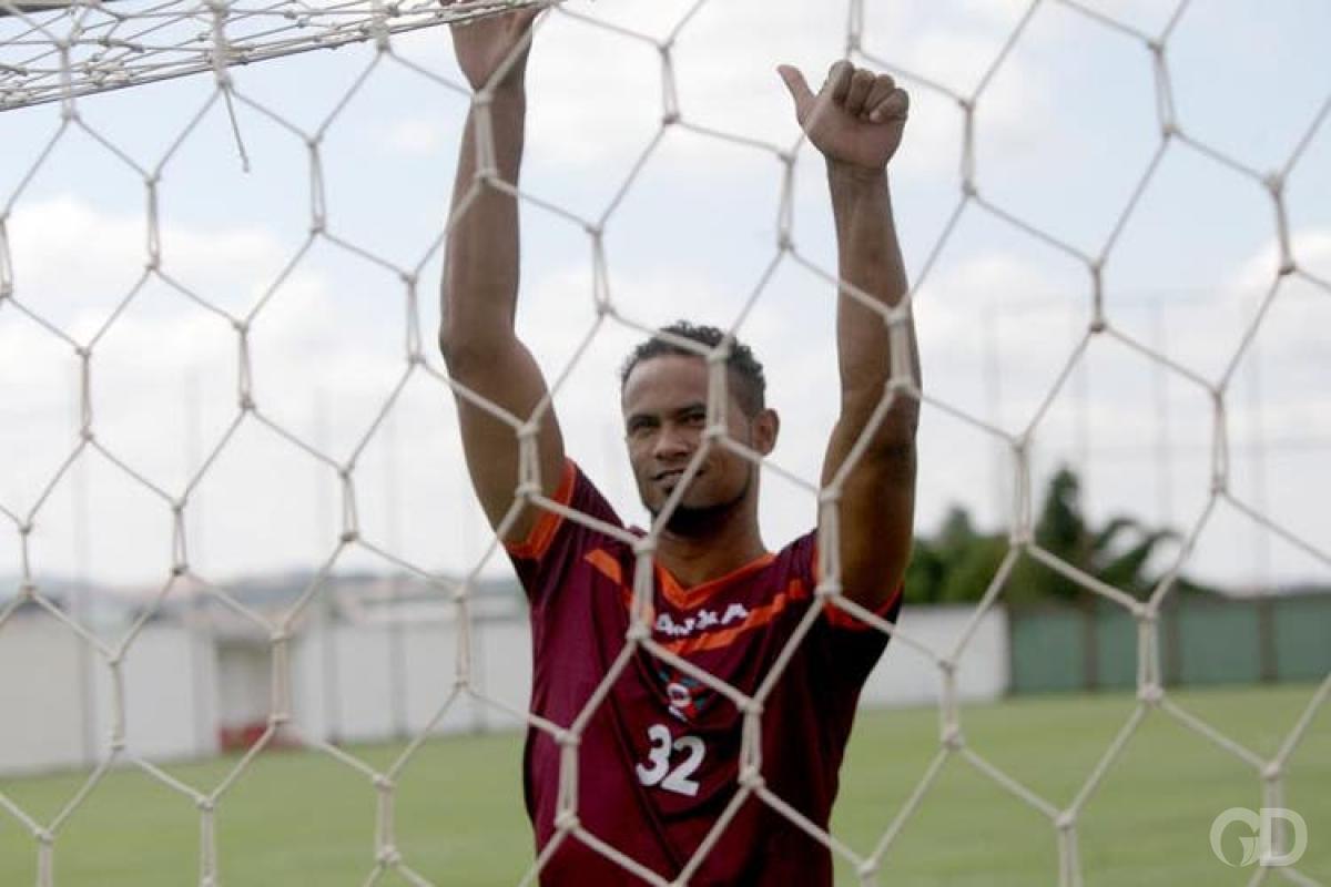 Mulheres realizam ato contra goleiro Bruno no Operário VG