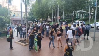 Empresários fazem protesto em frente à sede da Prefeitura de Cuiabá
