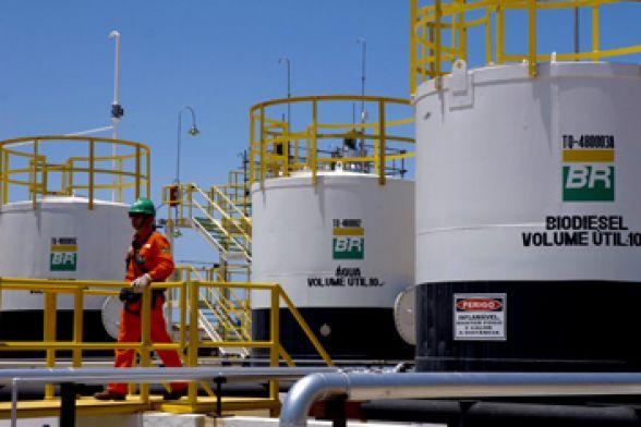 Resultado de imagem para Petrobras anuncia queda de 0,98% no preço da gasolina nas refinarias